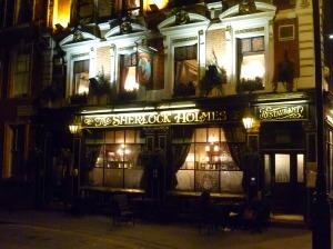 Parce que le plus beau by far, c'est celui next door: The Sherlock Holmes, on Northumbeland Avenue. Avec, accessoirement, le bureau de Sir Conan Doyle au premier étage.