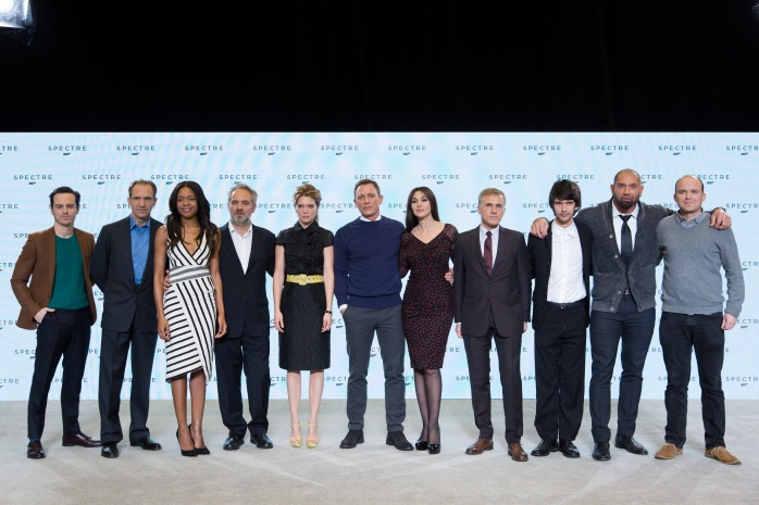 De gauche à droite: Andew Scott; Ralph Fiennes; Naomie Harris; Sam Mendes; Léa Seydoux; Daniel Craig; Monica Belluci; Christoph Waltz; Ben Whishaw; Dave Bautista; Rory Kinnear.